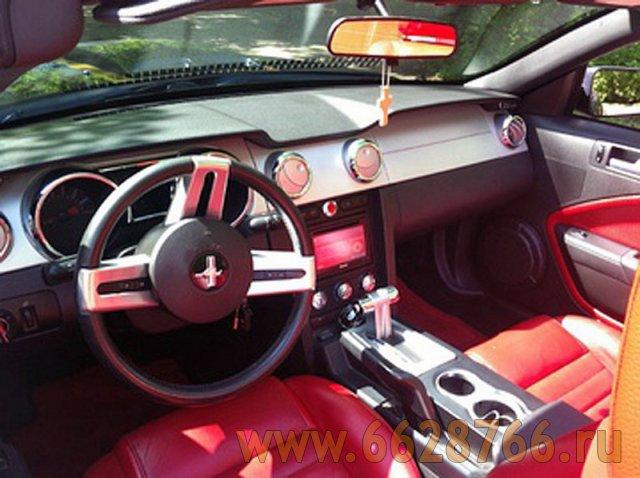 Красный кожаный салон в кабриолете